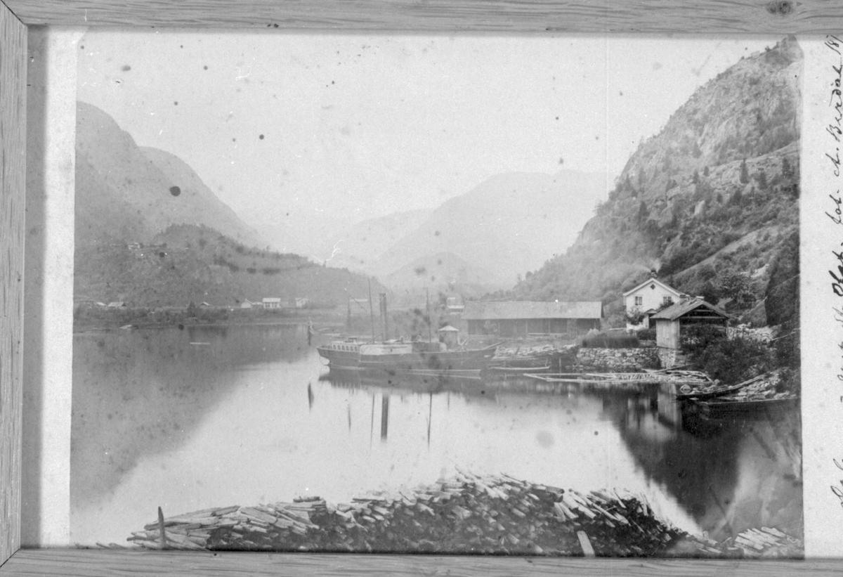 """Fotografi av Lastein og med båten """"St. Olav"""" på Dalen."""