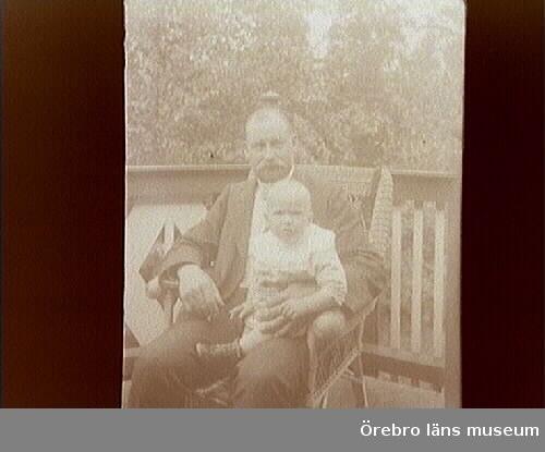 Alfred Thermaenius (1870-1949), sonson till grundaren av AB Joh. Thermaenius & Son, och son till Edvard Thermaenius, vilken utvecklade företaget till en ledande tröskmaskinsfabrik, blev 1919 disponent i familjeföretaget efter att tidigare ha varit verkstadschef. Efter en praktiktjänstgöring hos Bolinder Munktell utbildade han sig till ingenjör i Stockholm. Han var en skicklig konstruktör och tekniker som försåg Thermaeniuströskverken med en mängd nya uppfinningar och förbättringar. Han var intresserad av alla tekniska nyheter. Fotointresset hade han ärvt efter sin far, som redan på 1860-talet började experimentera med fotografering. Alfred var en flitig, skicklig och entusiastisk amatörfotograf. Hans motiv var tekniska detaljer av tröskverken, utställningar av tröskverk i samband med lantbruksmöten, samt resor. Han gjorde bl.a. affärs- och studieresor till USA, Sydamerika och Nordafrika. Kameran fick naturligtvis alltid följa med.