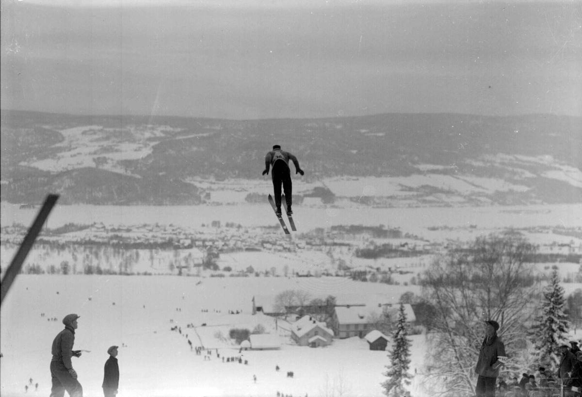 Lillehammerrennene. Gamle Lysgårdsbakken 1928. Lysgård i bakgrunnen.