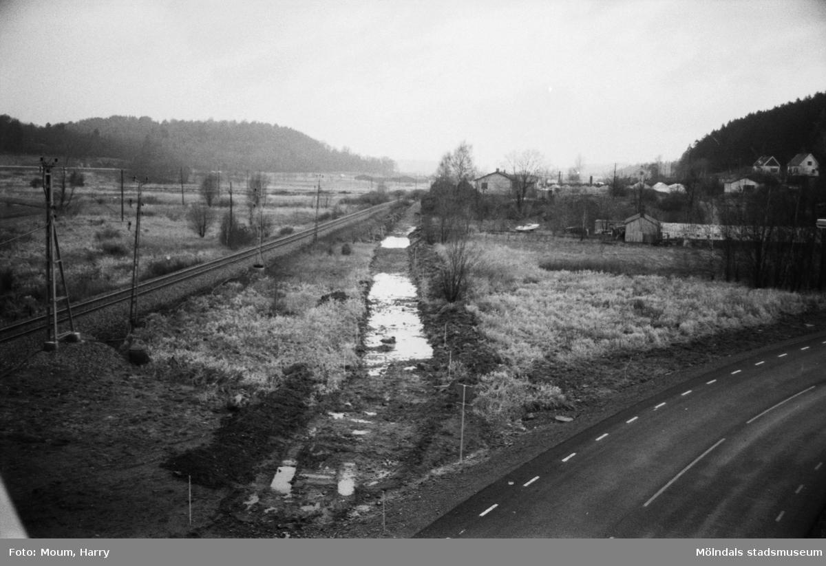 """Byggnation av GCM-väg mellan Rävekärr och Kållered, år 1984. """"Längs järnvägen byggs nu den nya GCM-vägen mellan Rävekärr och Kållered.""""  För mer information om bilden se under tilläggsinformation."""