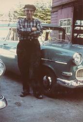 Jonas Jonasson Tjåland (1893 - 1974) . Bilen er ein Opel Oly