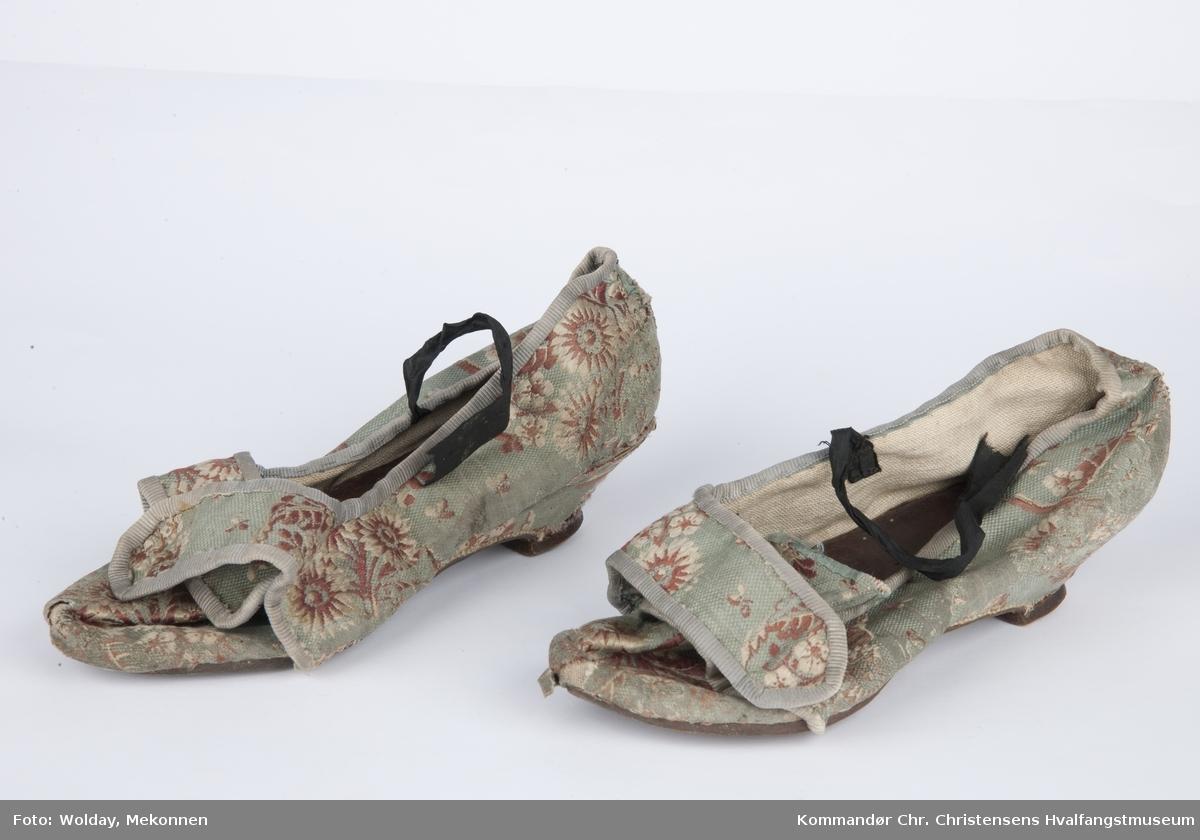 Skoene trukket i lys blå silke m/ blomster-broderi