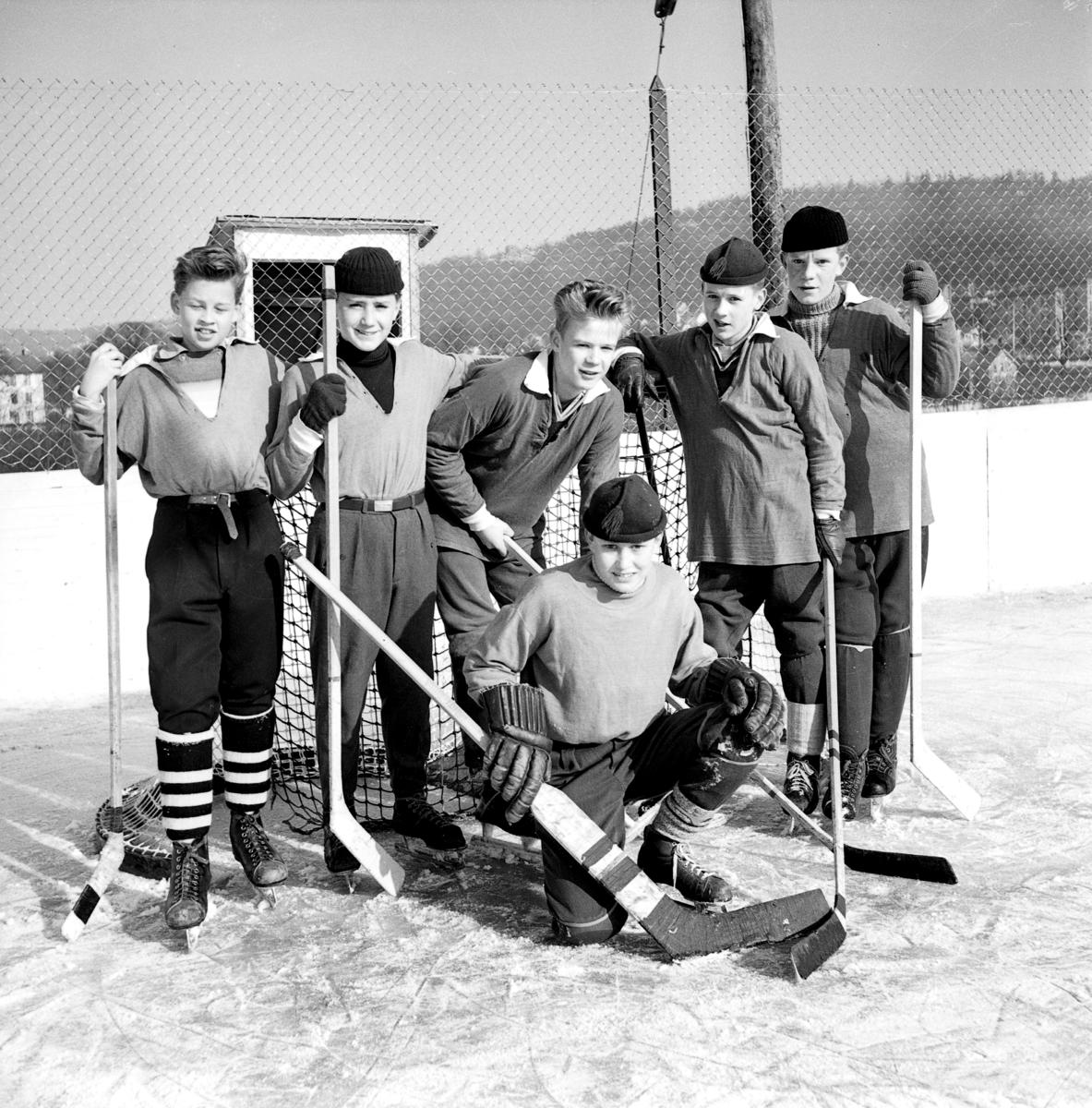 Skolhockeylag på Vapenvallen i Huskvarna. Detta lag har just vunit mästerskapet för realskolor  i  Huskvarna. Från vänster Tommy Andersson, Bo Ekvall, Olle Engström, Hasse Björck och Rolf Lindberg. Länst fram målvakten Jonny Björk.
