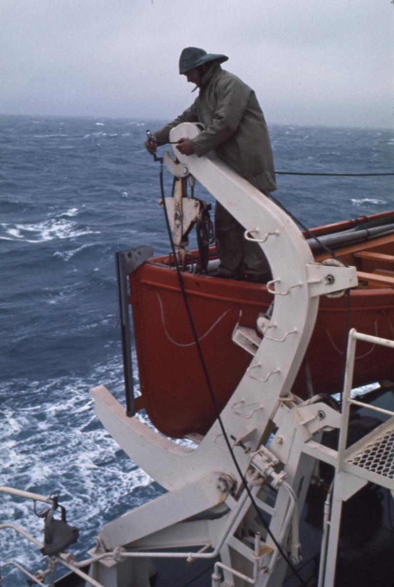 Livbåten klargjøres ombord i M/S 'Vikara' (b.1973, Mitsubishi Heavy Industries Ltd., Kobe, Japan).