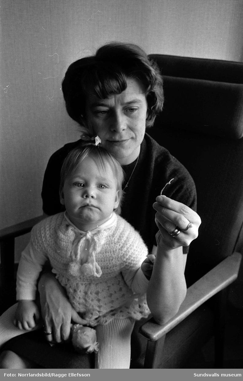 Plastbit i barnmatsburk. Bilder för Expressen. Flickan eller mamman heter Anne Christine Lindberg.