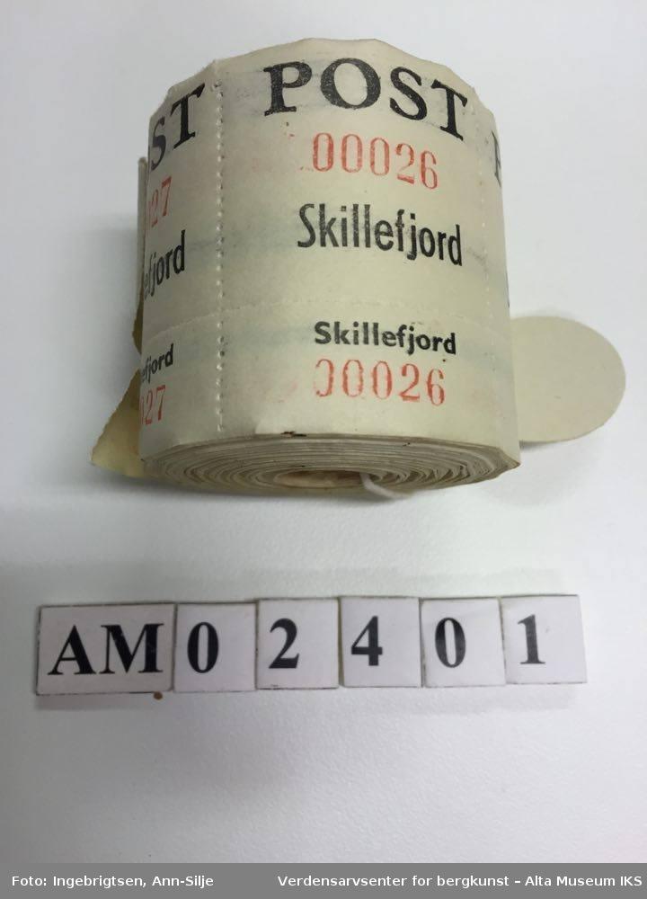Form: En rull med merkelapper for pakkepost. Merkelappene er hvite, og nummererte. Skrift i sort og rødt.