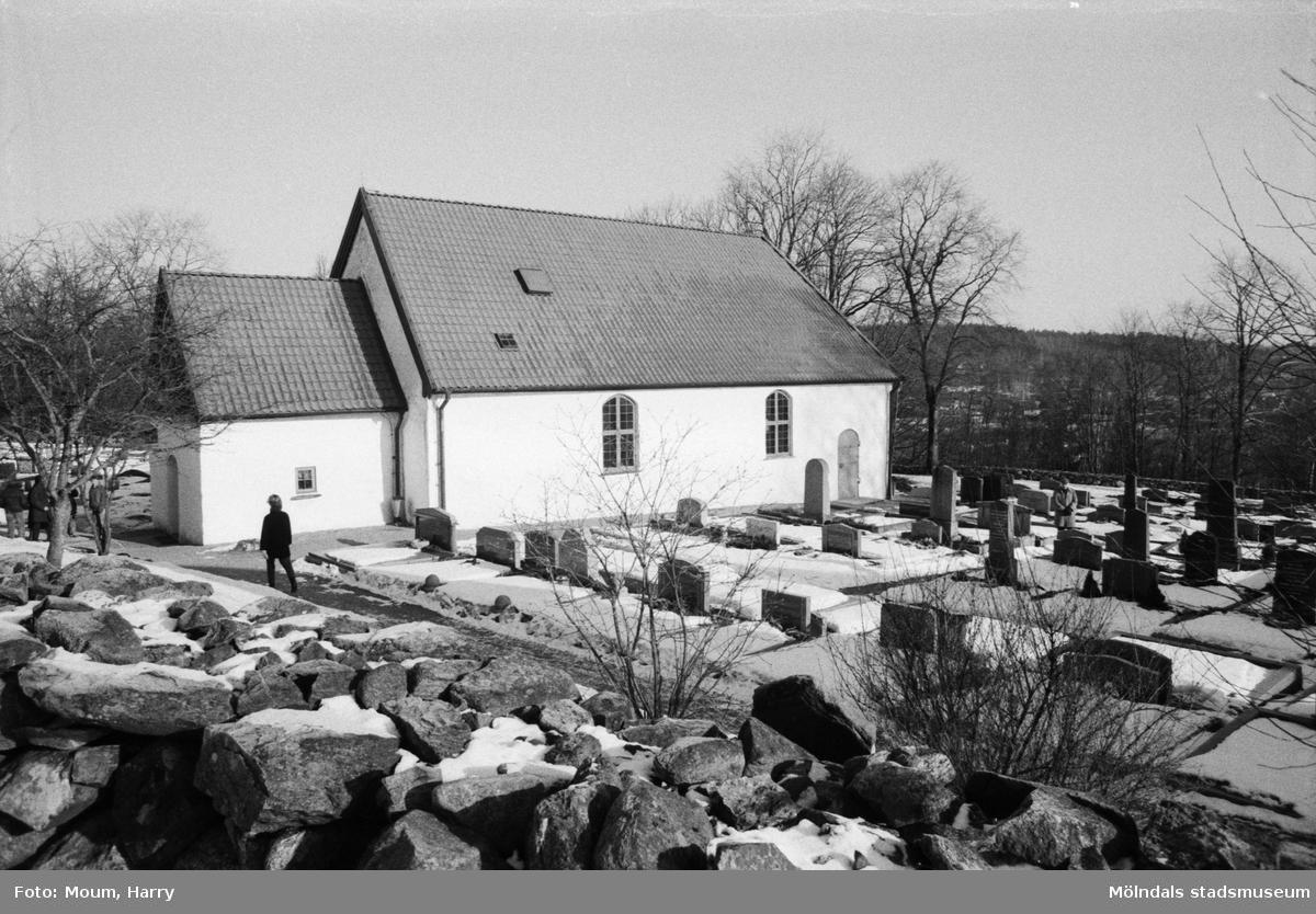 Kållereds kyrka, exteriör, år 1984.  Fotografi taget av Harry Moum, HUM, Mölndals-Posten, vecka 8, år 1984.