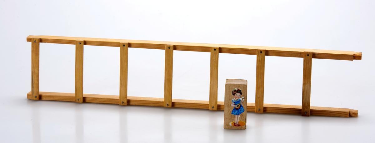 Låda med olika traditionella leksaker Pyramid,Grenfigur,Bil och Häst, Klättergubbe, Magiska stegfiguren,Klapperorm, Gymnastik gubben, Sågaregubben,Reppussel, Harskramla,Katt och råtta spel, solitär,domino,  Kulpåse mm mm mm