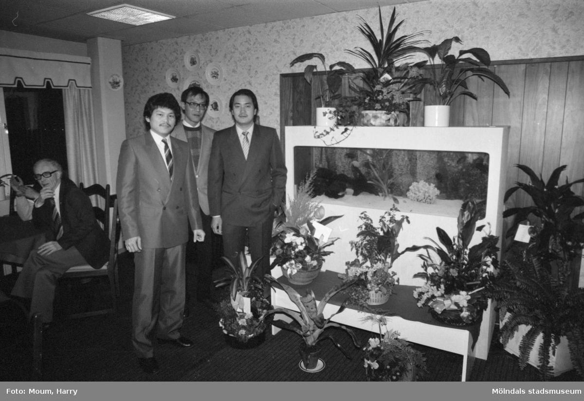 """Nya restauranten Peacock i posthuset vid Gamla Riksvägen i Kållered, år 1984. """"Blommor i mängder strömmade in till Leong David, Ming Tang och F M Chung under visningspartyt.""""  För mer information om bilden se under tilläggsinformation."""