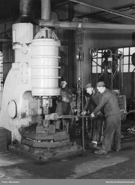 Verkstedarbeidere ved damphammer på Verkstedet Grorud