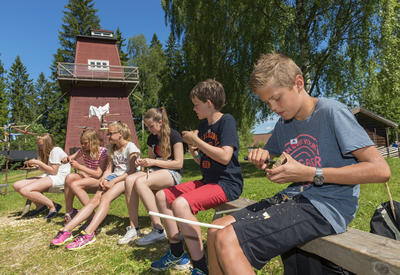 Skolebarn spikker med kniv under Skog og vann 2014