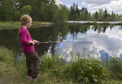 Jente fisker i fiskedammen på Prestøya under Skog og vann 2014