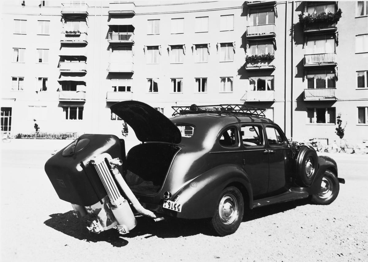 Gengasaggregat System Svedlund, typ SP-3-4 monterad bak på en bil.