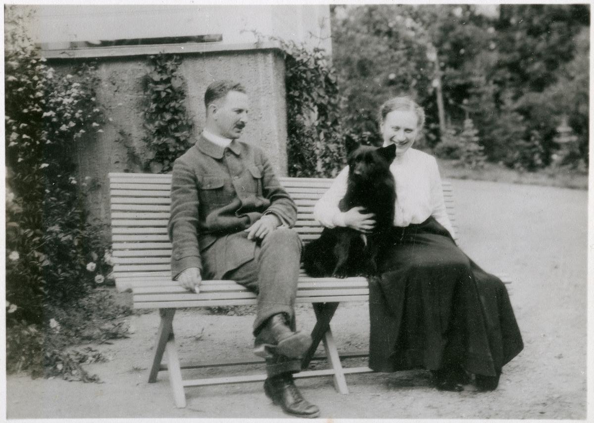 Sven & Anna i Bränninge. Bilden ingår i två stora fotoalbum efter direktör Karl Wilhelm Hagelin som arbetade länge vid Nobels oljeanläggningar i Baku.