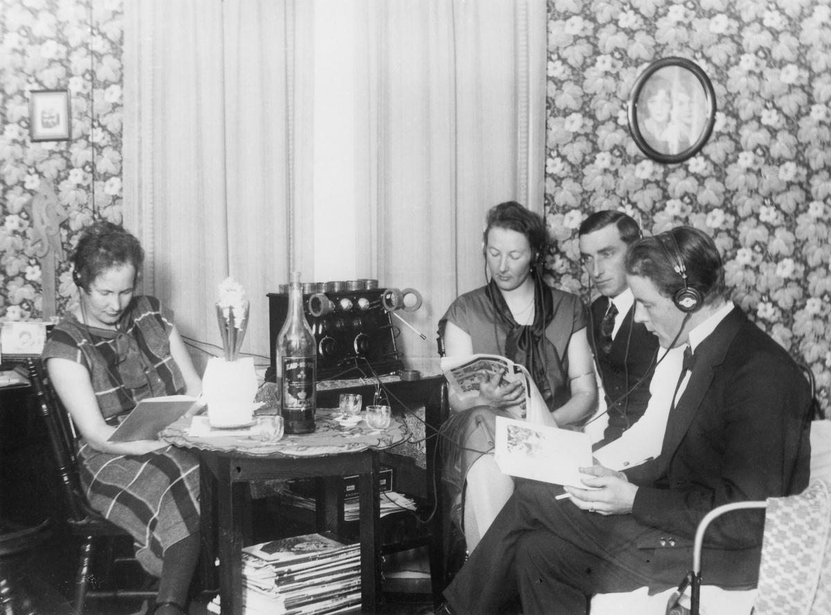 """Bild från Otto Cantzlers bok """"När radion kom till stan"""". Bild från Östergötland omkr. 1930."""
