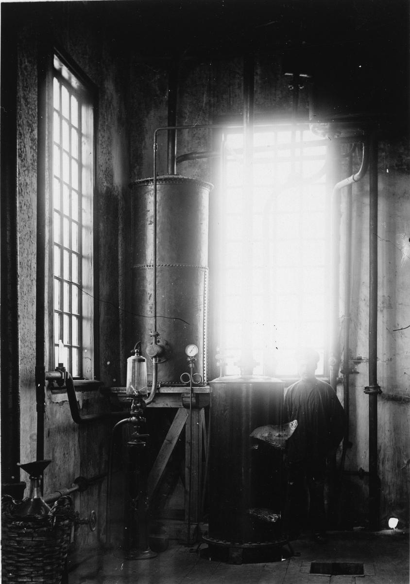 Krementschugs Järnverks AB. Kylare för träsprit. 1897-1902 förestod O. Larsson masugnsdriften och det nyanlagda gjuteriet, de två senare åren var han direktör för bruket.