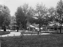 """Fotografi ur albumet """"Karlstad"""" från 1898. Stadsträdgården."""