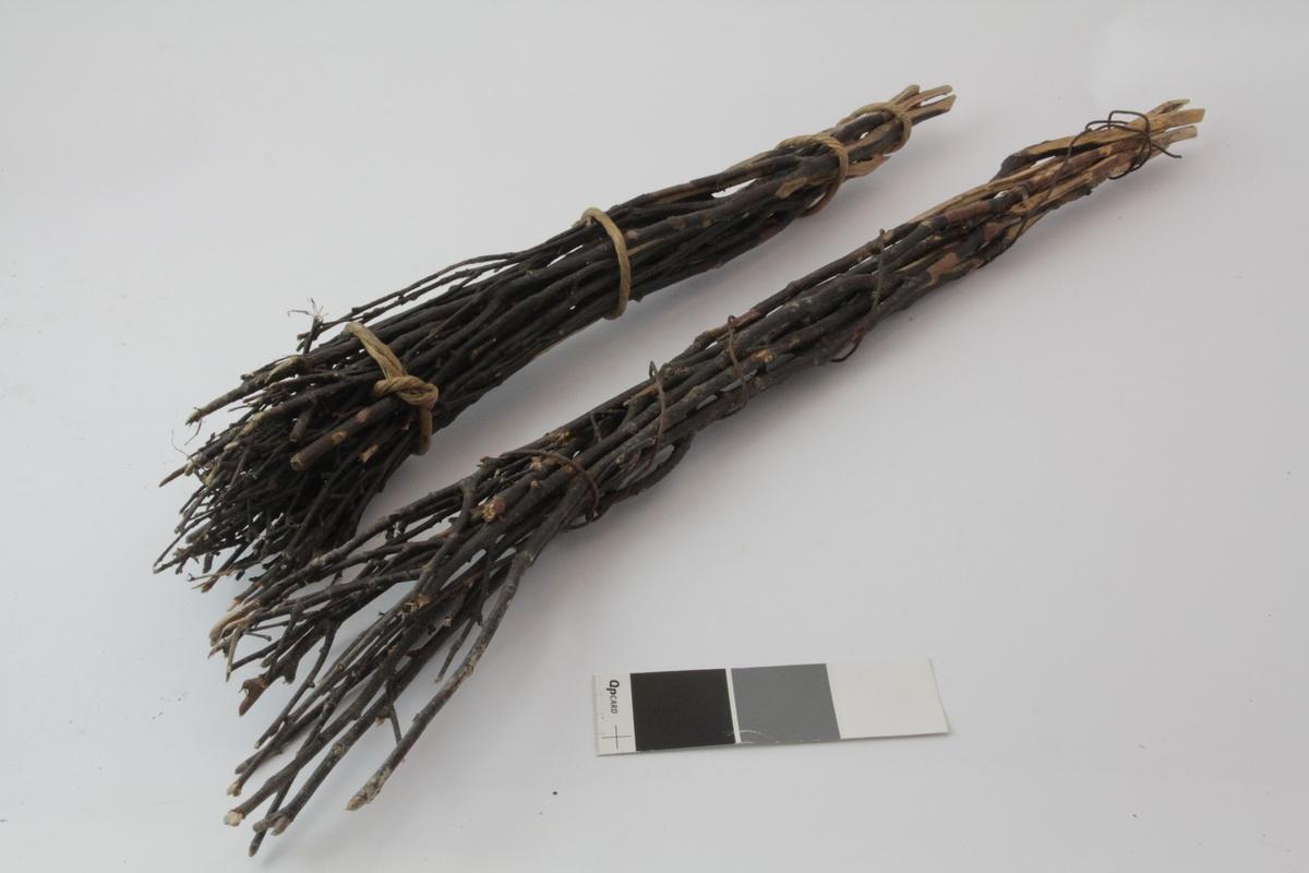 To sopelimer laget av bjørkekvister som er butet sammen med en vidje. Knyttet sammen på fire steder, men med en sammenhengende vidje. B er surret sammen med ståltråd.