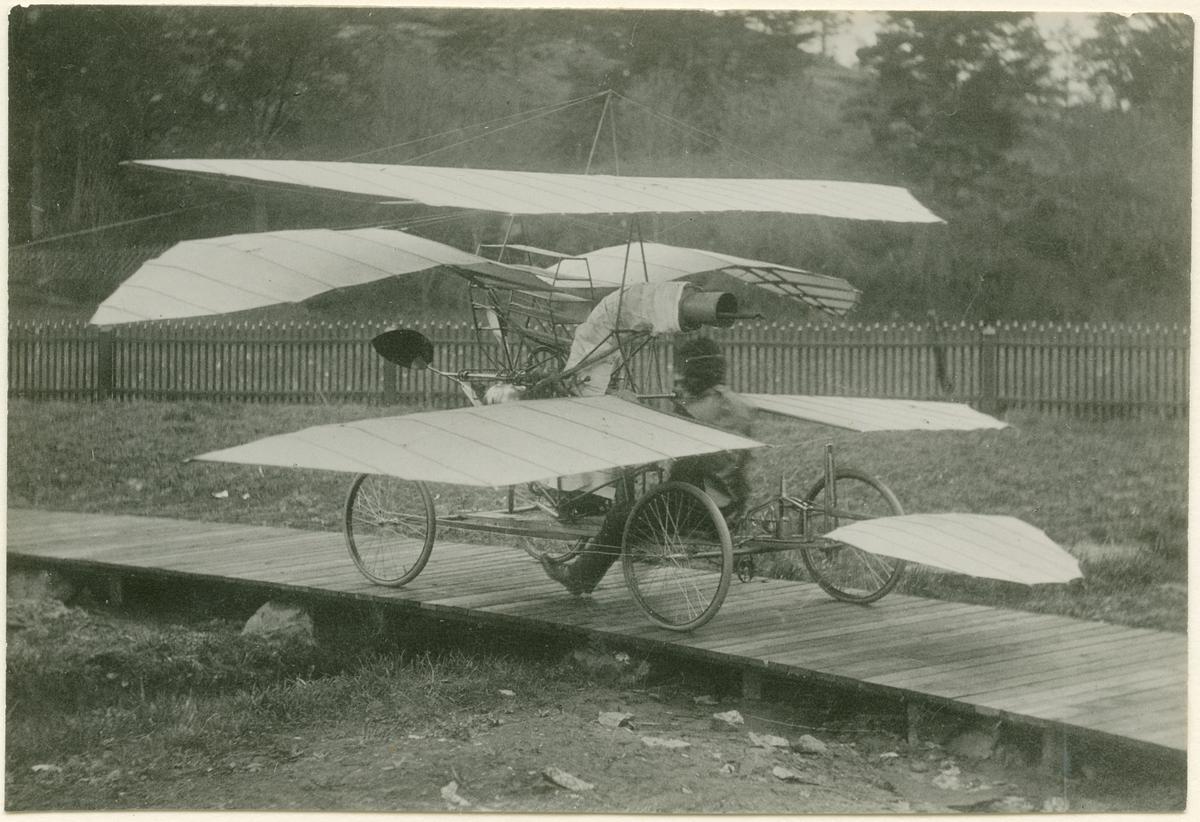 """Nybergs ångmaskinsdrivna flygmaskin """"flugan"""" på Harnschbanan. Möjligen 1905."""