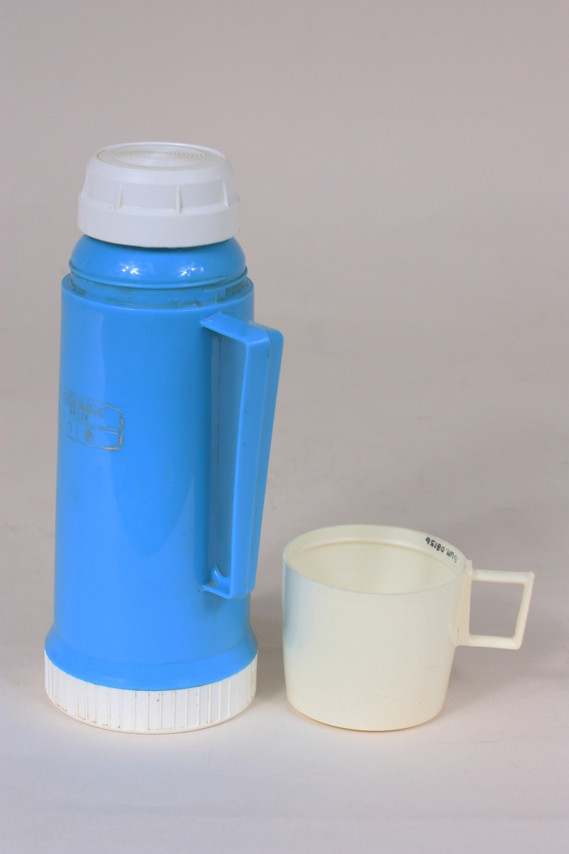 Tre deler: Flaske, kork, kopp. Konisk form med hank. Skrukork og skrukopp.