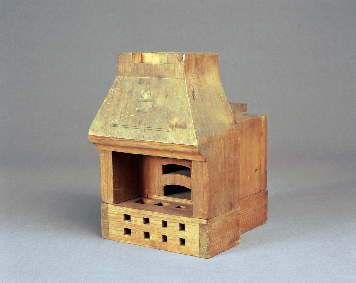 """Modell av bakugn. Text på föremålet: """"D.b.S.4. Tab. V.b."""". I Jonas Norbergs förteckning från 1779 beskrivs modellen på följande sätt: """"Modell på Bakugn, som med en vanlig eldning gräddar bröd af en tunna mjöl."""""""
