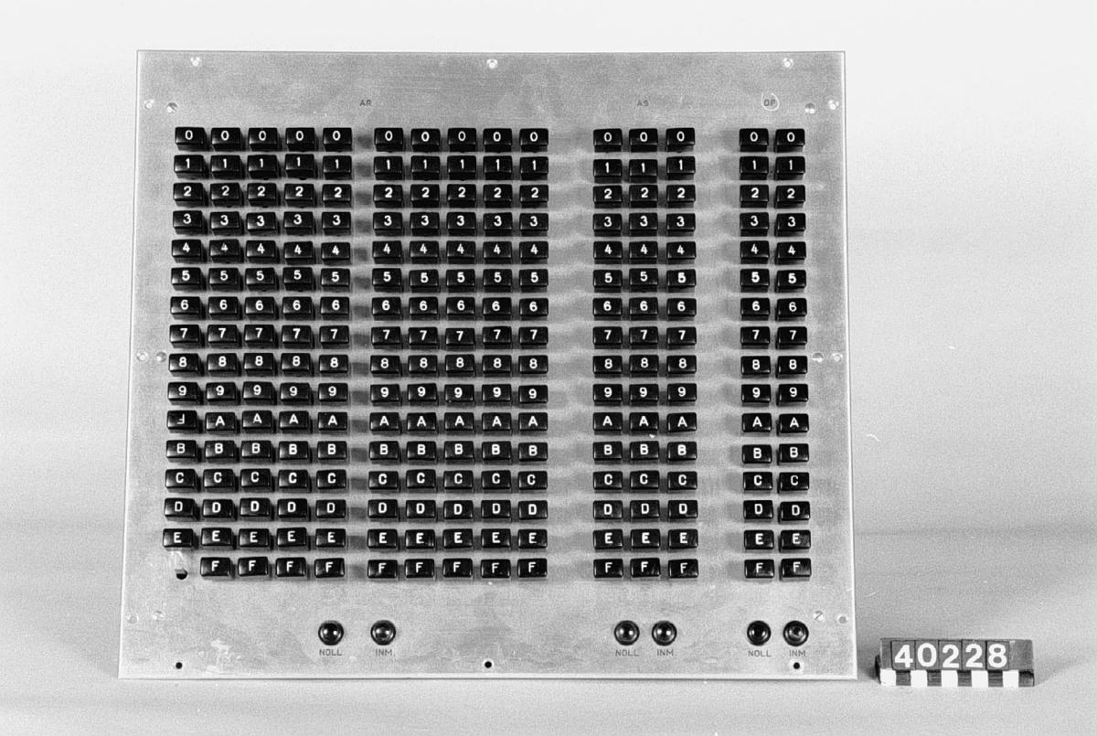 """Manöverpanel av plåt till matematikmaskinen BESK. Hexadecimala knappar av plast. Använt för att programmera i hexadecimal kod. 10 tecken för AR (= aritmetiska minnet), 3 tecken för AS (= adressregister) och 2 tecken för OP (=operandregister) samt knapparna """"NOLL"""" och """"INM"""" för varje register."""