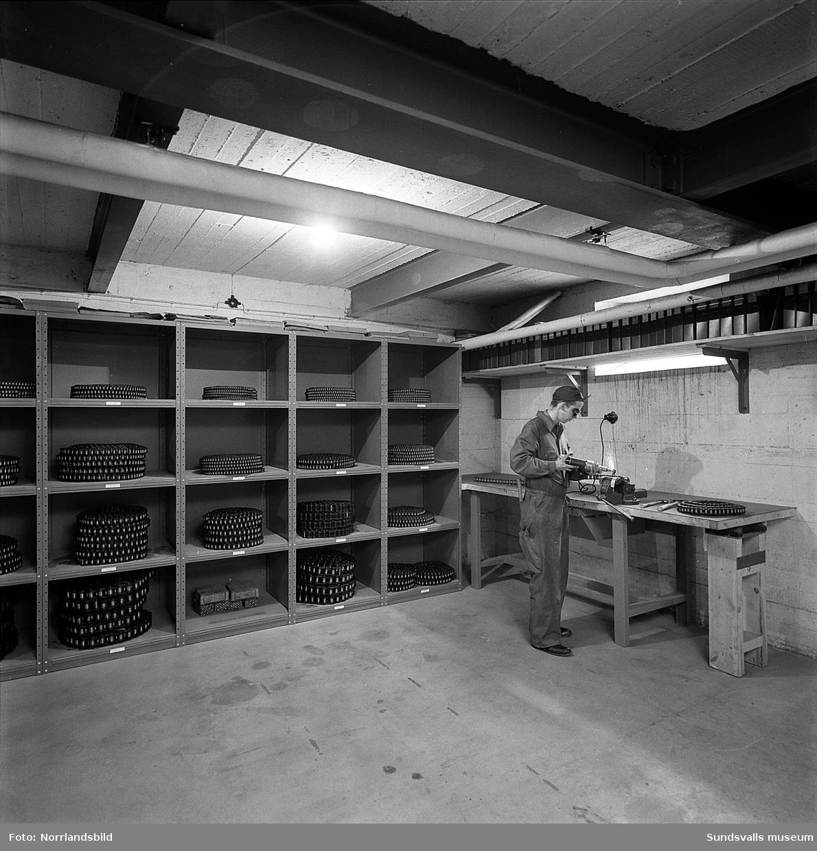 En man arbetar vid en arbetsbänk på Bultfabriken, Östra Långgatan 3.