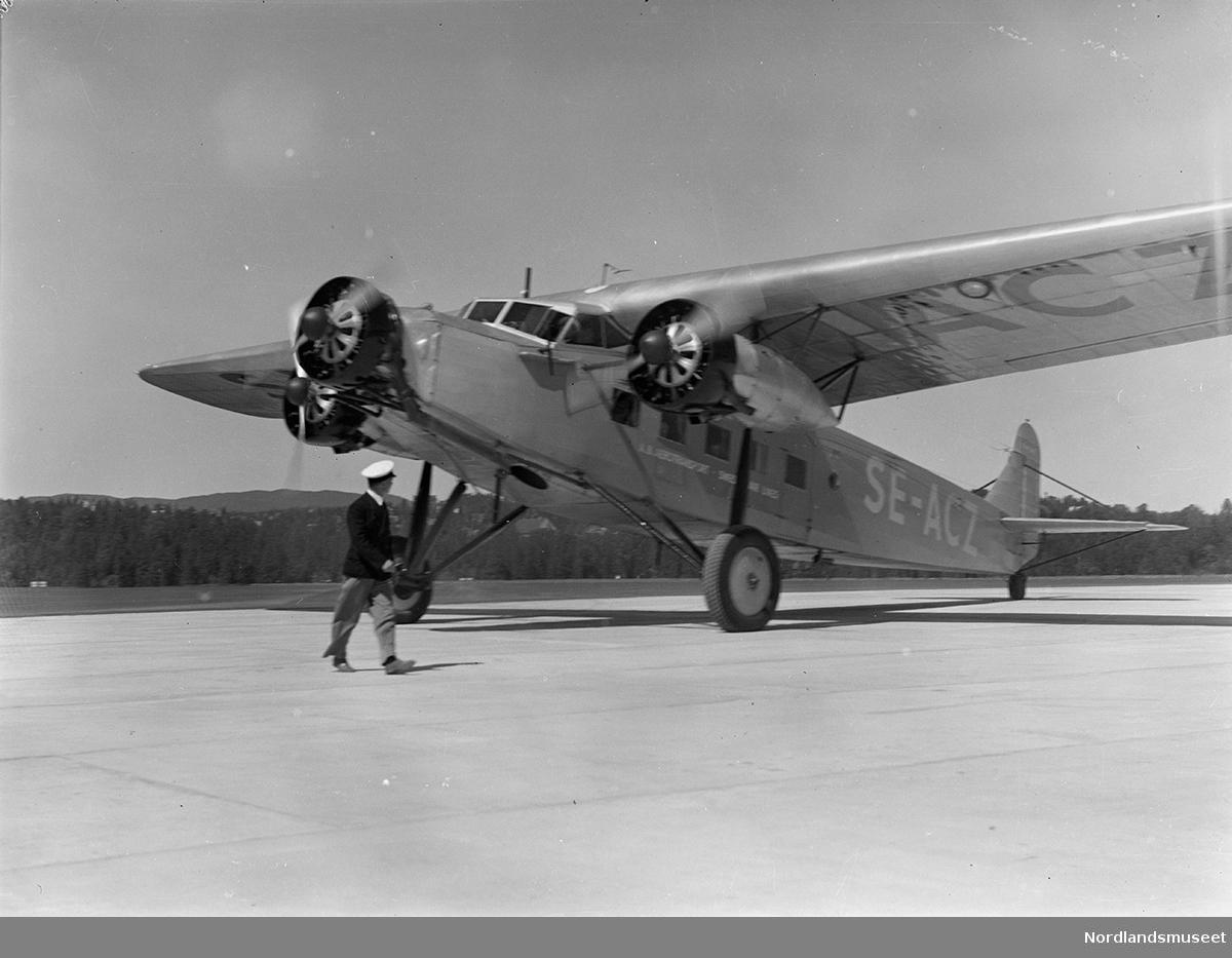 Åpningen av Fornebu flyplass 01.06.1939. KLMs DC2. Bildet viser det uhyre sjeldne flyet Fokker F.XII på Fornebu, et tremotors passasjerfly. Kjennetegn SE-ACZ. Flyet ble levert til AB Aerotransport i 1932. Det ble totalskadd i en hangarbrann i 1949.