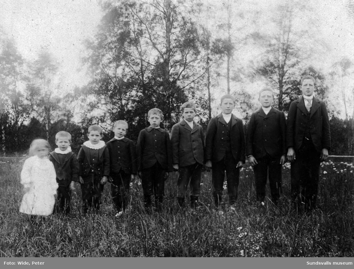 """Slaktaren Anders Olof och Maria Öhléns barn i Östanå. """"En fattas som ej komma"""". Den enda dottern Anna (till vänster om sina bröder) är född 1901."""