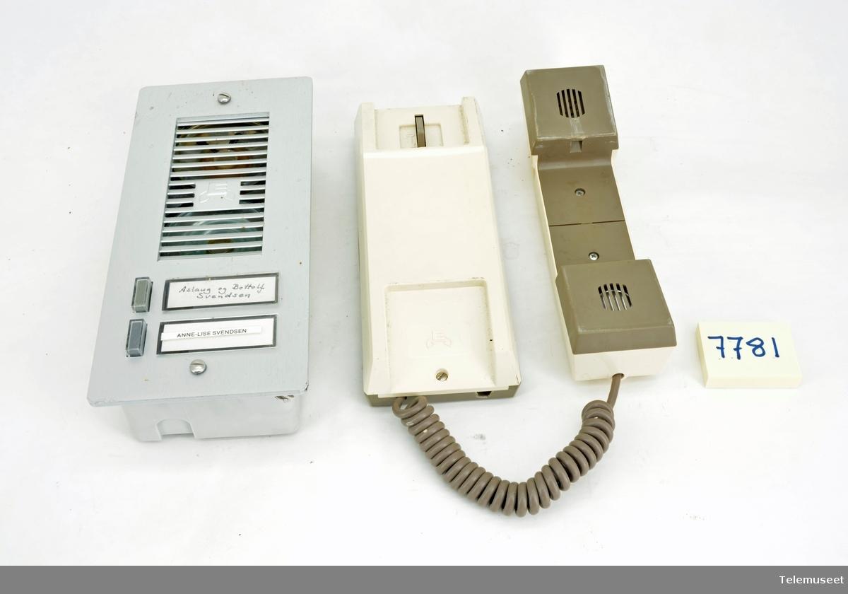 Gjenstanden består av ringeapparat med to brytere TELE.TKU-7781 A og Svartelefon TELE.TKU-7781 B  Begge deler er merket Urmet, men telefon delen i ringeapparatet er et Stentor produkt som er puttet inn i en boks fra Urmet