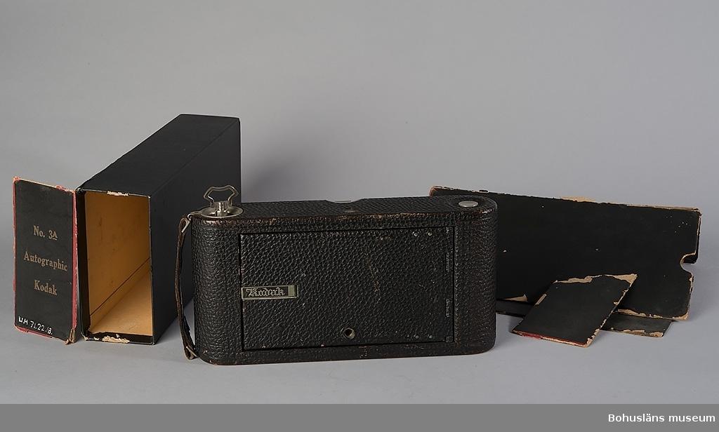 Vykortskamera för rullfilm av märket Kodak Autographic No 3 A. Förpackning finns, delvis skadad. Innerlådans storlek 25,5 x 13,0 x 6,4 cm.  Föremålet ingår i fotograf Ingeborg Enanders ateljéutrustning i fotoateljén i Stenungsund. För ytterligare uppgifter om förvärvet, se UM71.22.001