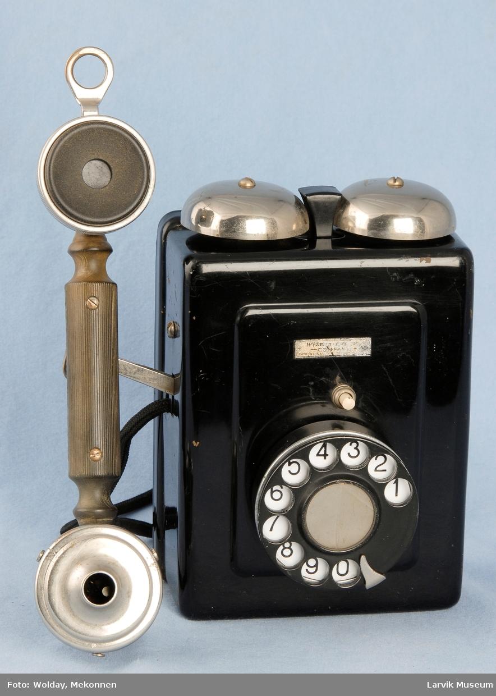 Form: Rektangulær kasse, holder for telefonrør på siden Automat