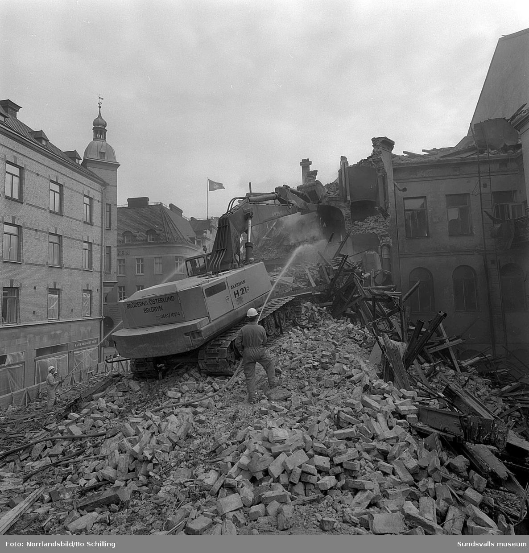 Rivning av huset vid Storgatan 20 i hörnet vid Bankgatan.