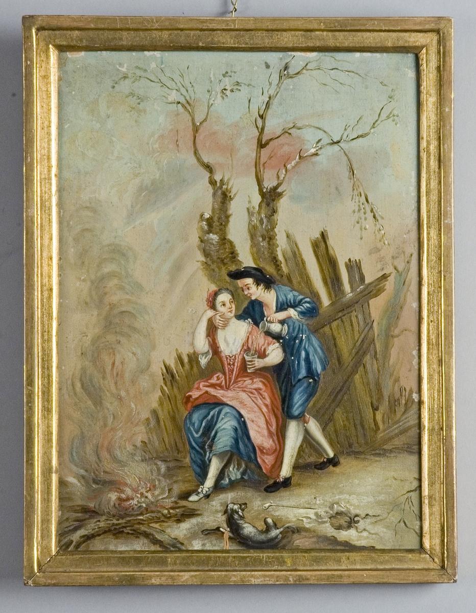 Ett ung kurtiserande par i rokokodräkter framför ett avlövat träd och en brinnande eld. Han håller om hennes hals och häller upp ett glas vatten ur en kanna. På marken ligger en hund och en kritpipa.