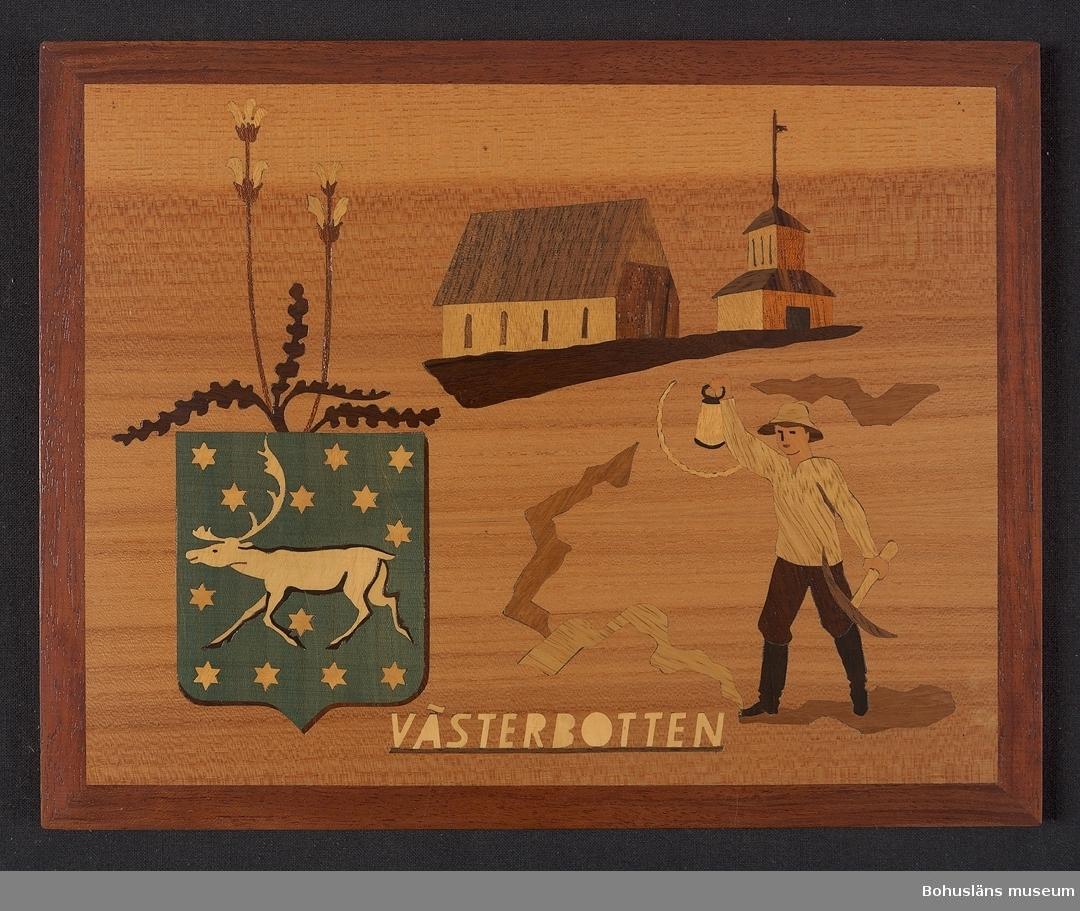 Landskapstavla med namnet VÄSTERBOTTEN med landskapsvapnet, en springande ren mot fält beströdd med stjärnor. Ikoniska motiv typiska för landskapet inlagda i intarsiateknik av fanér i olika ljusa och mörka träslag. Några mindre bitar är infärgade i grönt (från början troligen blått). Lackad.  Motiven avbildar blommande Kung Karls spira. möjligen Gammelstads kyrka, en klockstapel samt gruvarbetare med lykta och gruvhacka. Intarsian är skuren så att träets naturliga mönster skickligt medverkar till och understryker motivens former och volymer.  Beskrivande etikett av papper på baksidan saknas. På baksidan en upphängning.