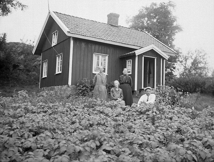 Mor Berta på Liden, i Krokstads socken, Sörbygden, fotograferad med tre yngre personer.