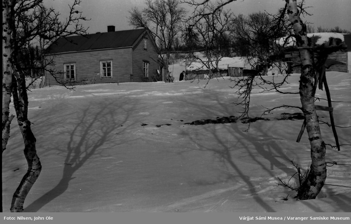 Magga Bigga og Anders Johan Johnsen Konges hus med uthus og fjøs på Borrebakken i Bunes. Huset lå nesten rett ovenfor bedehuset i Bunes. 1967.
