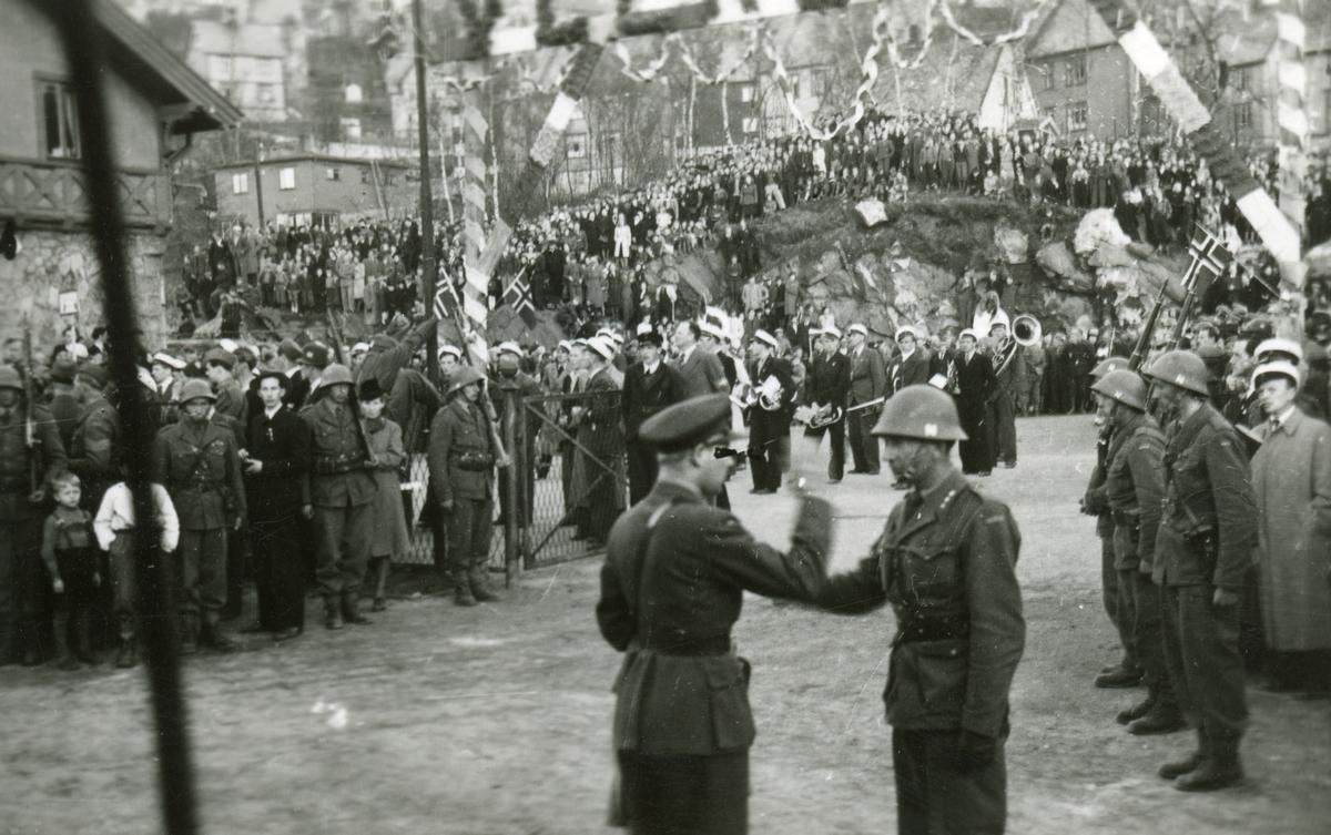 Politisoldatene kommer til Narvik Stasjon.  Musikkorps og masse folk.