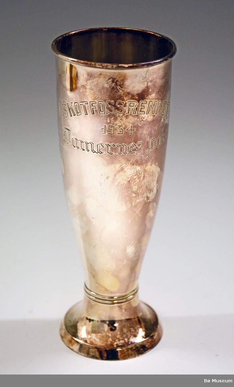 """Sølvpokal med innskriften: """"Skotfossrennet - 1934 - Damernes Pokal"""" Stempel (under): D 830S (57)"""
