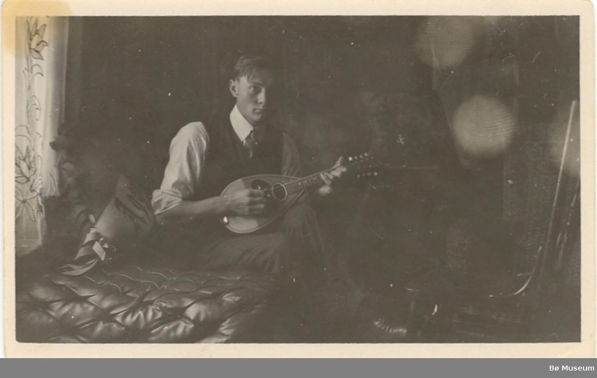 Harvey Rodmyre, spelar mandolin i USA.