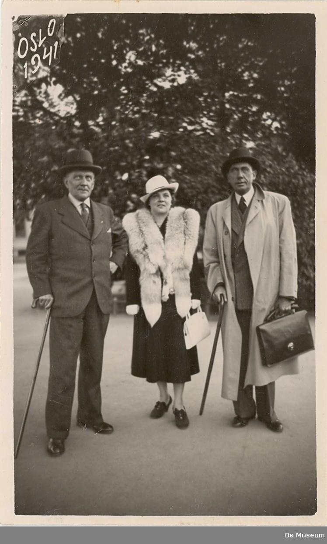 T.v. Clas H. Borgen frå Borgja i Bø fotografert ute på gata i Oslo. Dei to andre er ukjente.