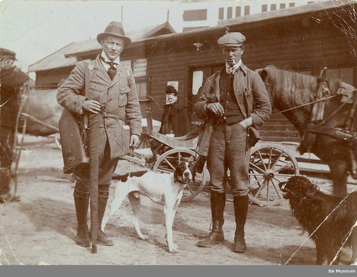 To menn klare for å dra ut på jakt/eller har vore på jakt. Mannen t.h. er Halvor G. Staurheim, Bø.