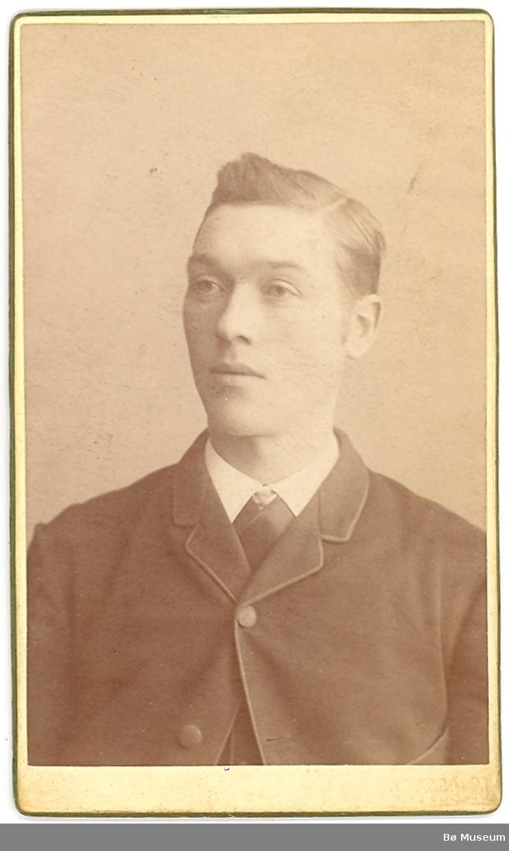 Brystbilde av yngre mann; Sveinung T. Odden, Gvarv