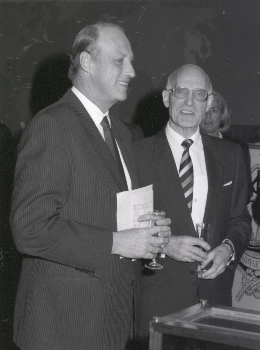 Kronprins Harald og direktør Pettersen i forbindelse med åpning av utstillingen - Handelsflåten i krig 1939-1945.