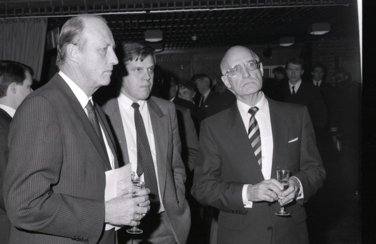 Kronprins Harald med Atle Thowsen og direktør Pettersen i forbindelse med åpning av utstillingen - Handelsflåten i krig 1939-1945.