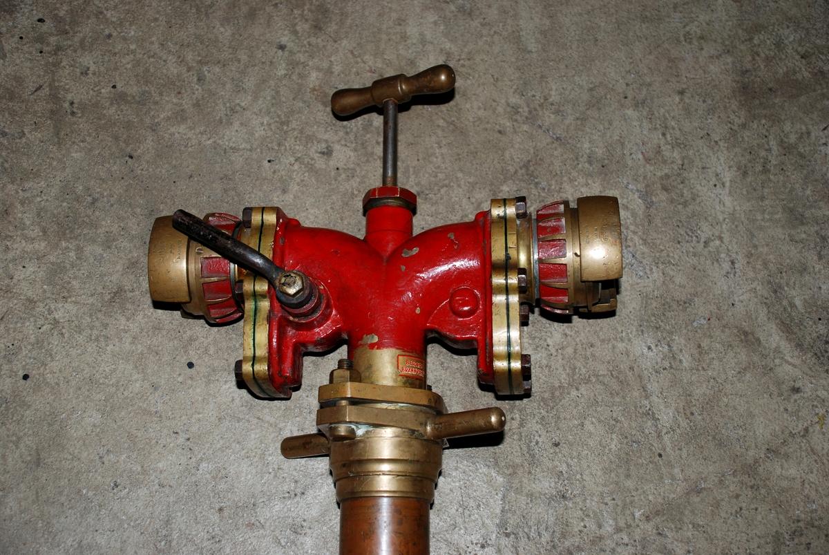 Stender for tilkopling til vannledning i kum i gaten. Metallrør med kupling i enden og øverst ventilhode med to kuplinger for slangetilkopling. Kuplingene kan stenges uavhengig av hverandre med hendler.