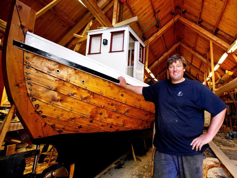 Børsabåten Eivind, bygd 2007. Båtbygger Einar Borgfjord er fornøyd med utført arbeid. (Foto/Photo)
