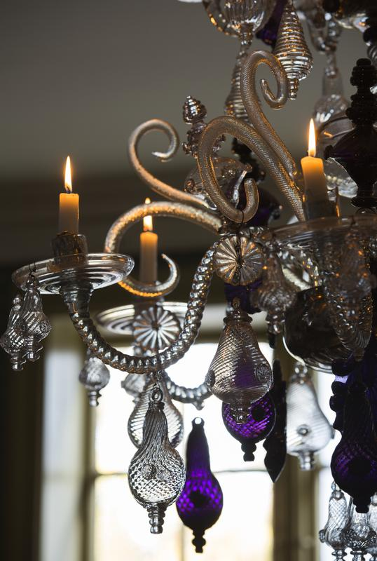 Detail of chandelier from Nøstetangen with lit candles. (Foto/Photo)