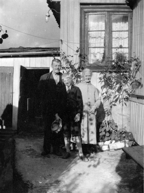 Et eldre par med barnebarn. Johannes gate 4. Enerhaugen