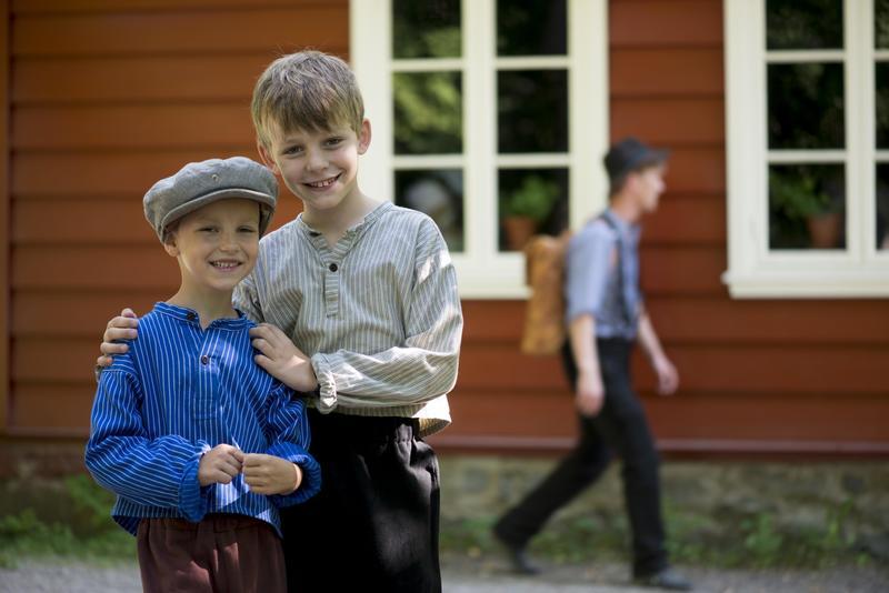 Historisk Ferieskole Norsk Folkemuseum, foran Skolestua (Foto/Photo)
